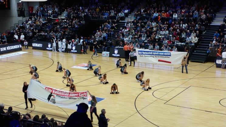 """Transparente gegen Vattenfall auf Spielfeld des Basketball-Teams HH Towers; """"Mit Vattenfall spielt man nicht - kein Sponsoring durch Klimakiller"""""""