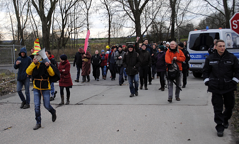 Aktivisten auf dem Weg zum Eingangstor