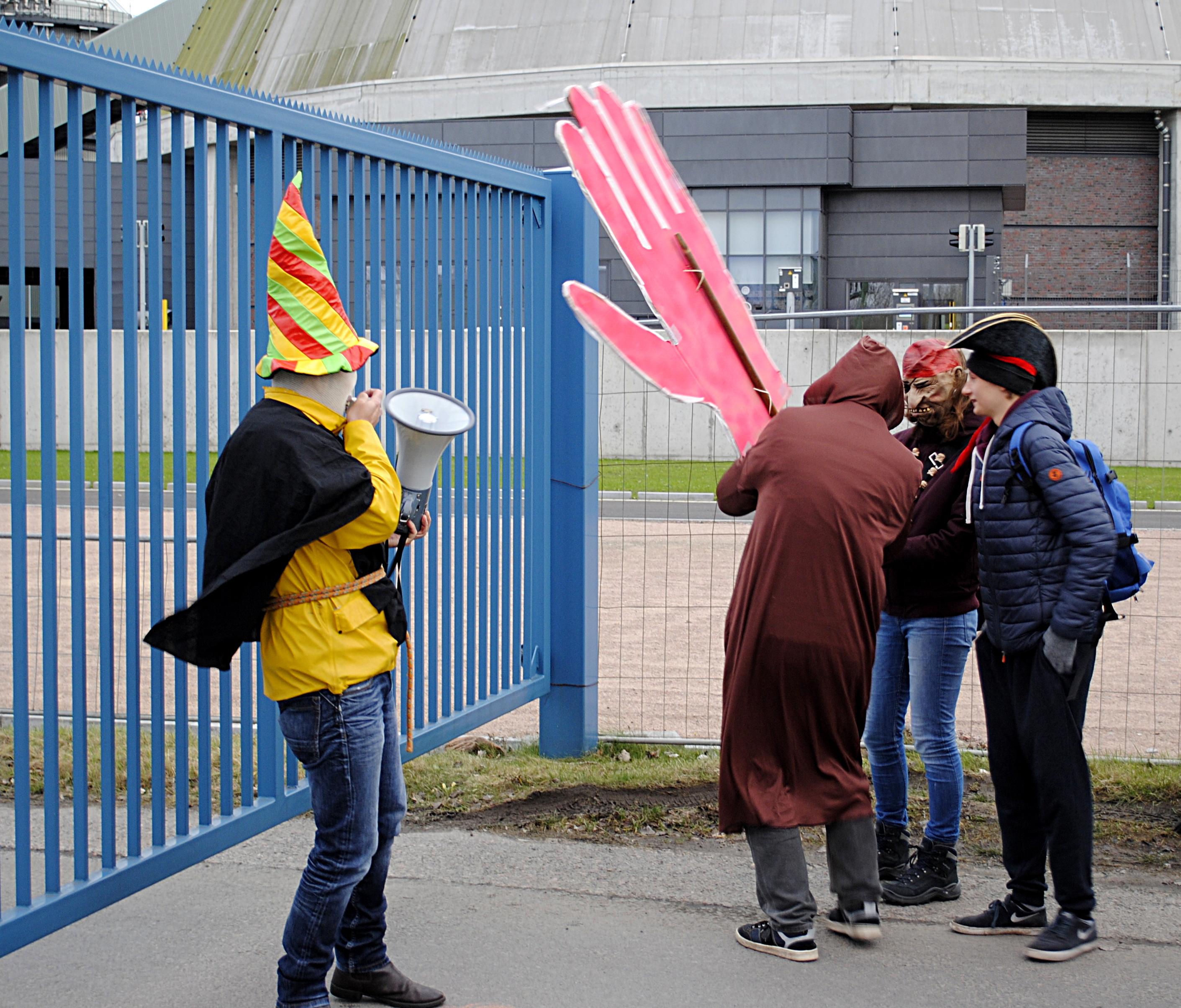 Als Zeichen für die Feindschaft zu Vattenfall wurde ein riesiger Fehdehandschuh über den Zaun geworfen