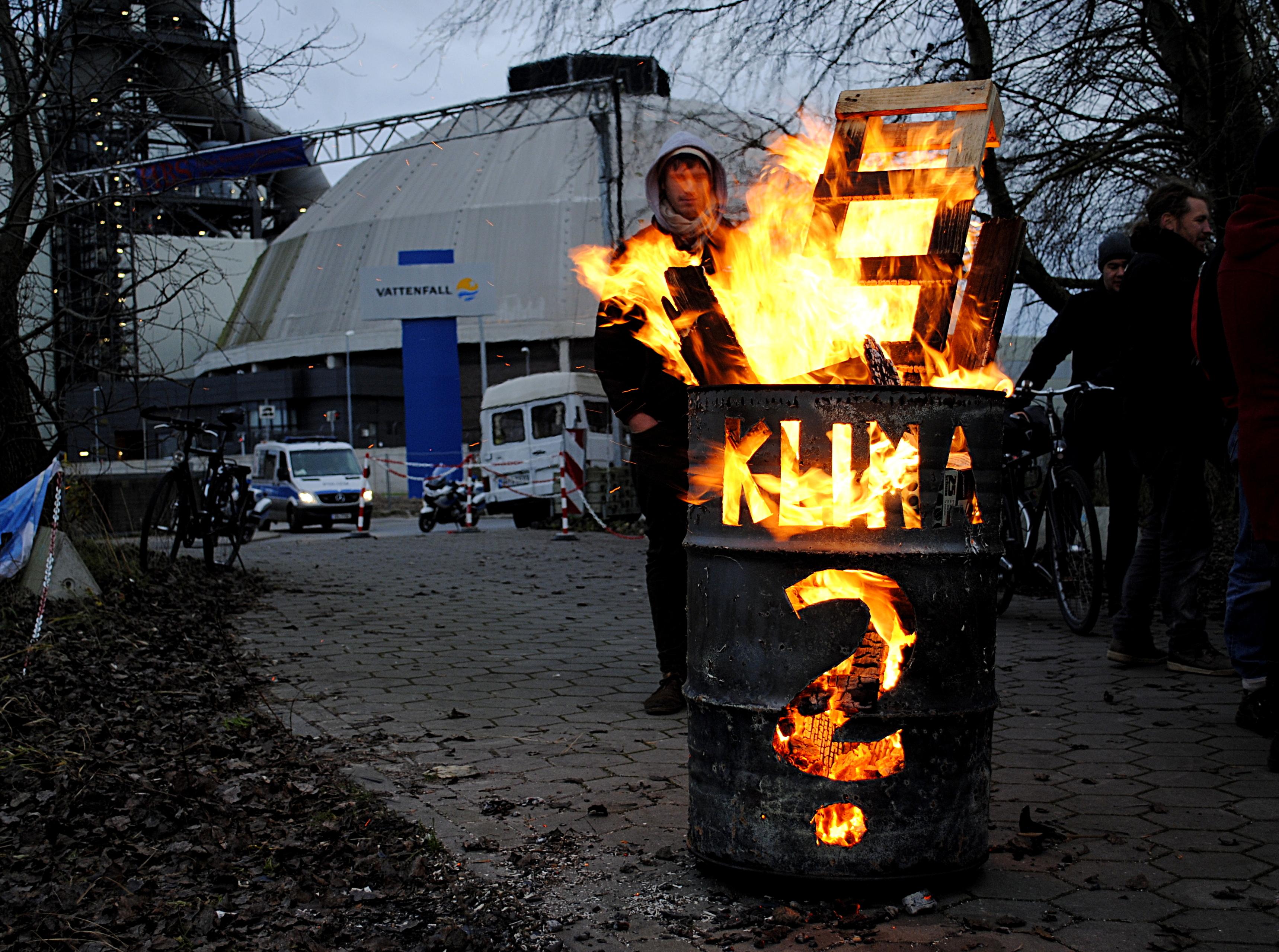"""Feuertonne mit Aufschrift """"Klima?"""" vor Vattenfall Gebäude"""